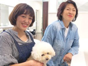 美容師親子と犬の写真